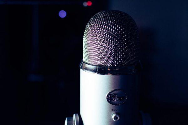 Mikrofon-na-czarnym-tle