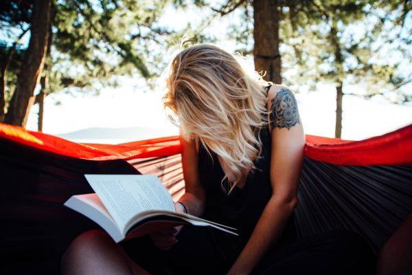 Dziewczyna-czytajaca-ksiazke-na-hamaku