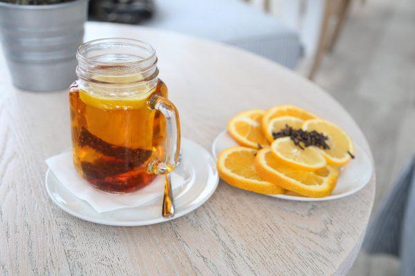 Kubek-herbaty-z-cytryna-gozdzikami
