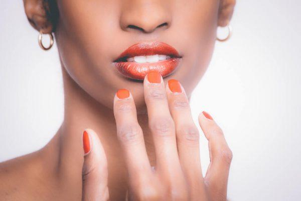 Kobieta-o-ciemnej-karnacji-z-pomalowanymi-ustami-i-paznokciami