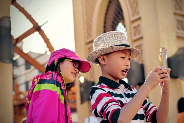 Dwojka-dzieci-z-telefonem-komorkowym