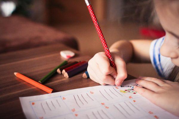 Dziewczynka-odrabiajaca-zadanie-domowe
