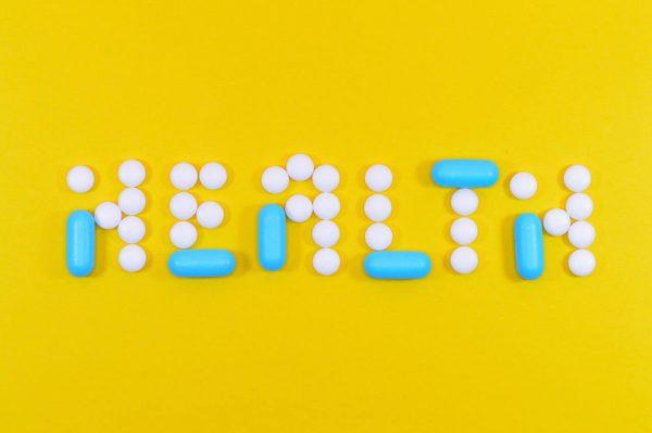 Napis-zdrowie-z-tabletek-na-zoltym-tle