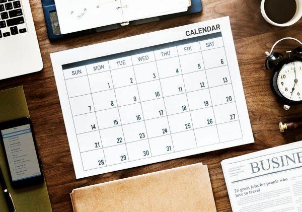 Kalendarz-rozlozony-na-biurku
