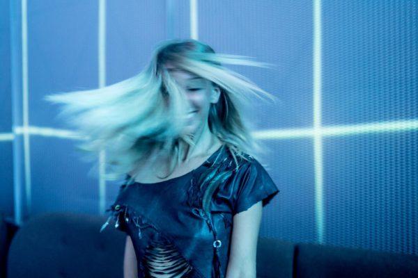 Blondynka-z-usmiechem-na-twarzy-w-rozwianych-wlosach