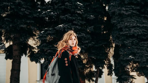 Kobieta-ubrana-w-szalik
