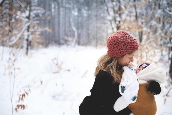 Matka-z-dzieckiem-na-rekach-w-zimowych-warunkach-w-lesie