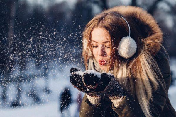Dziewczyna-na-mrozie-z-sniegiem-w-tle
