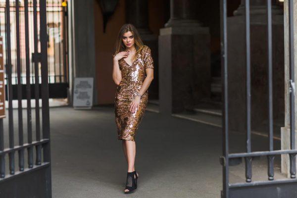 Piekna-kobieta-w-blyszczacej-sukience