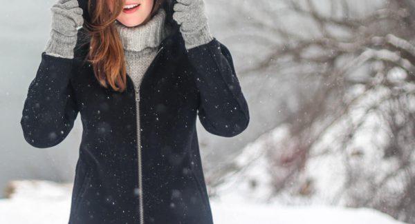 Dziewczyna-na-tle-sniegu-w-kurtce-i-rekawiczkach