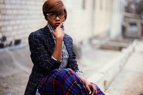 Ciemnoskora-kobieta-w-okularach-ubrana-w-garnitur-w-kratke