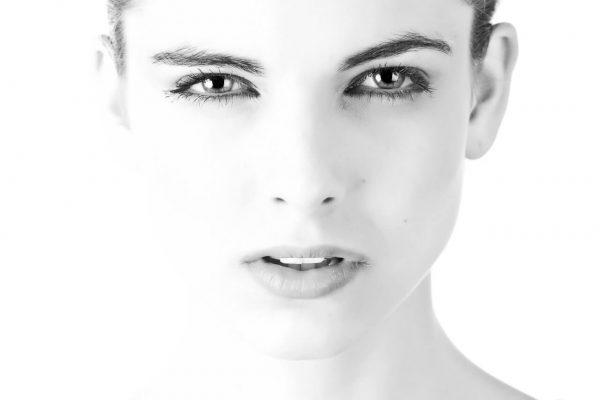 Zdjęcie kobiety na czarno-białym tle